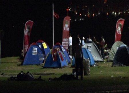 'Gezi Parkı' eylemcileri Gündoğdu Meydanı'nda sabahladı