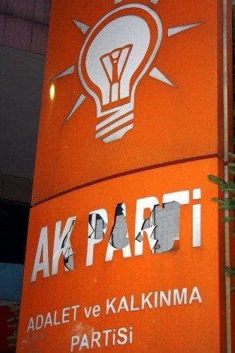 Göstericiler AK Parti binasını taşladı, polis kalkanla kendisini korudu