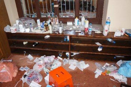 Göstericiler camide bira ve sigara içmiş