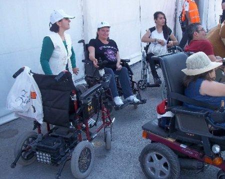Gurbetçi vatandaş Yeşilay'a 72 akülü sandalye bağışladı