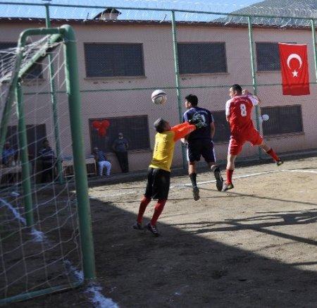 Hakem Müftüoğlu maçını yönettiği hükümlüye formasını hediye etti