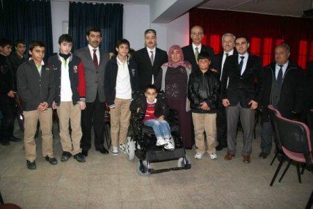 Harçlıklarıyla kardeş okullarındaki arkadaşlarına akülü sandalye aldılar