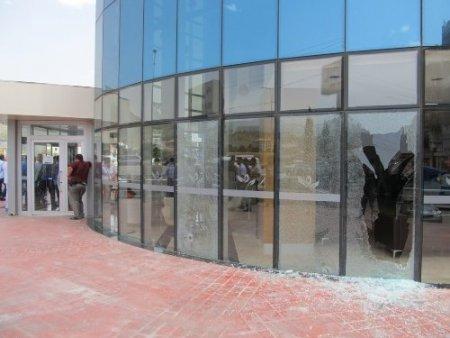 Hastane önündeki çatışmada biri ağır dört kişi yaralandı