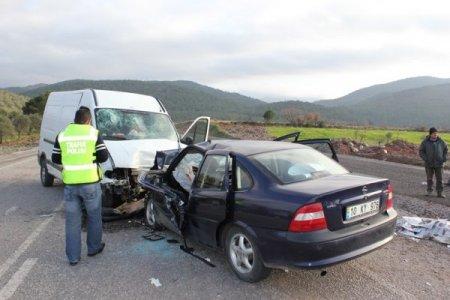 Havran'da otomobille minibüs kaza yaptı: 4 ölü 3 yaralı