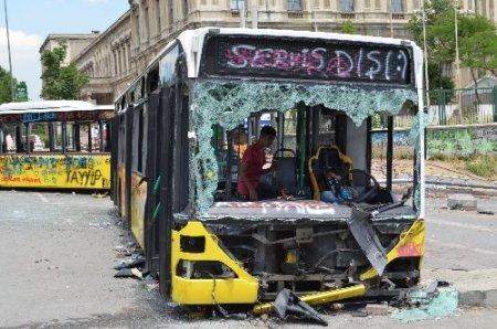 Hurdaya dönen otobüsler göstericilerin evi gibi