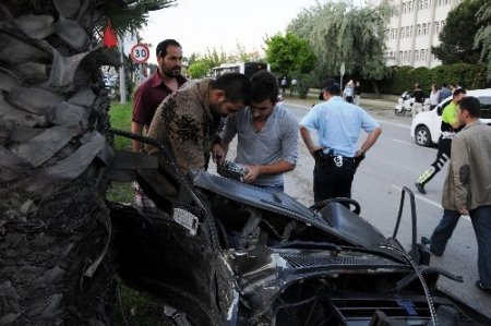 İkiye bölünen aracın sürücüsü kazadan burnu kanamadan kurtuldu