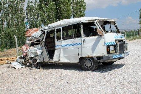 İşçi servisi TIR'la çarpıştı: 4 ölü, 18 yaralı