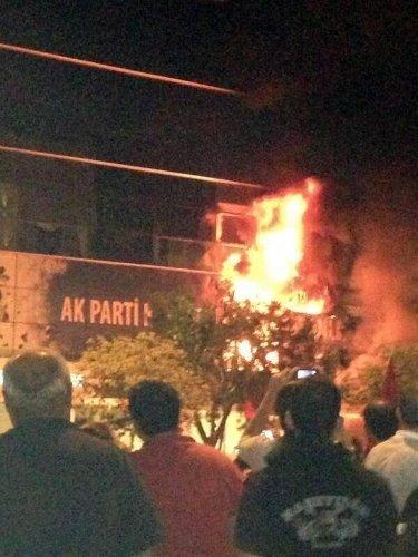 İzmir'deki olaylar: AK Parti ilçe binası ateşe verildi