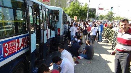 Kadıköy'de minibüs kazası: 12 kişi yaralı