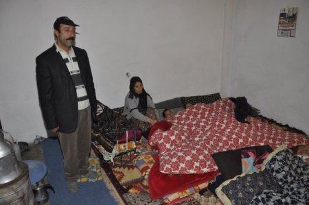 Kapı ve pencereleri olmayan evde kalan aile donma tehlikesi geçiriyor