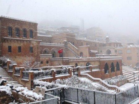 Kar, tarihi kent Mardin'i beyaza bürüdü