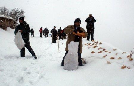 Kar Kaplanları yaban hayatı için yemleme yaptı