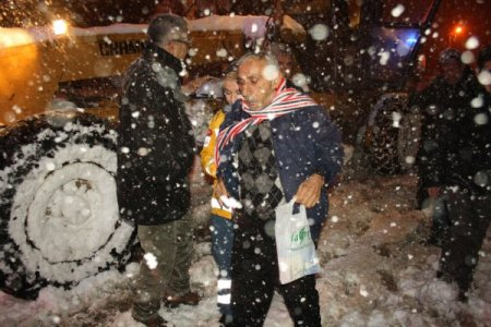 Kar yolu kapadı, hasta greyderle taşındı