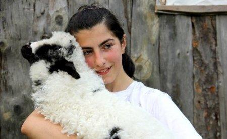 Karne hediyesi olarak kızına kuzu aldı