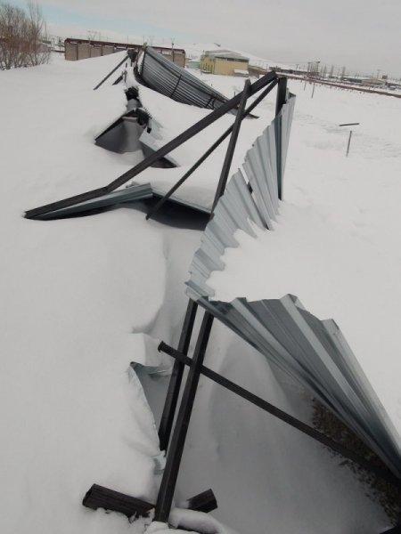 Kars'ta günlerdir yağan kara çatılar dayanmadı