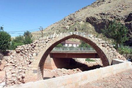 Kasrik Tarihi Han Mahmut Köprüsü restore ediliyor
