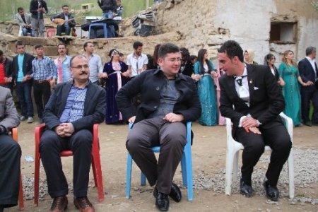Kaymakam düğünde Kürtçe müzik eşliğinde halay çekti