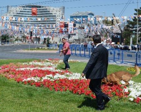 Kayseri'de miting alanında polis, köpeklerle arama yaptı