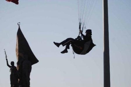 Kayserili Havva, Türk bayrağı etrafında iniş yaptı