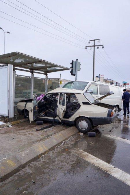 Kaza anında otobüs durağının boş olması faciayı önledi