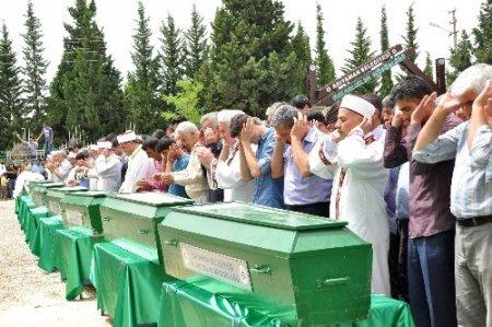 Kazada ölen 10 kişi toprağa verildi