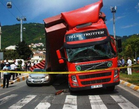Kırmızı ışık ihlali kaza getirdi