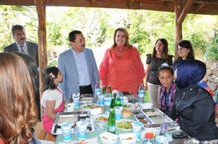 Koruyucu aile ve baktıkları çocuklar kaynaşma yemeğinde bir araya geldi