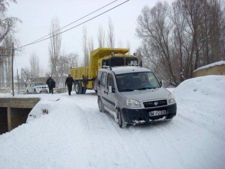 Köy yollarını açan özel idare ekipleri diyaliz hastalarını hastaneye ulaştırdı