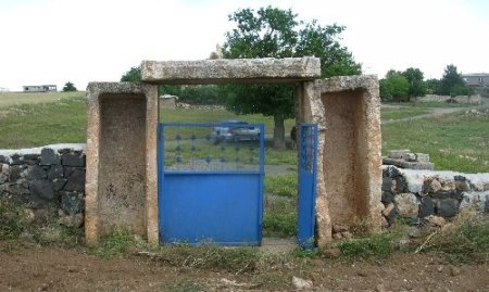 Köylüler, Roma dönemine ait lahit mezardan kapı ve musalla taşı yapmış