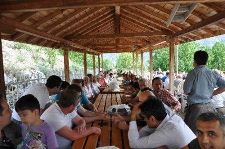Köylüler hem dua ediyor hem kaynaşıyor