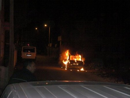 Kundaklanan araç alev alev yandı