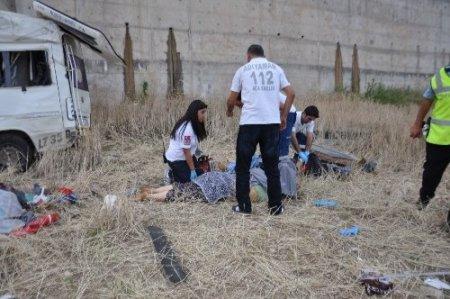 Lastiği patlayan minübüs köprüden uçtu 7 tarım işçisi öldü