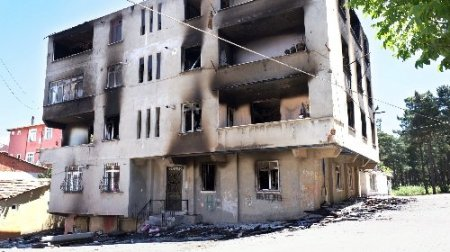 Maktulun yakınları, zanlının binasını yaktı