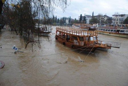 Manavgat'ta metrekareye 70 kilo yağmur suyu düştü