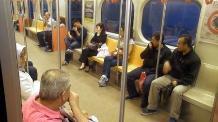 Metro yolcularına biber gazı işkencesi