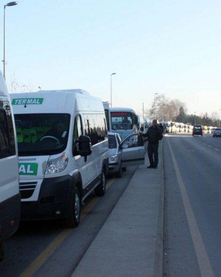 Minibüsçüler Yalova'da yol kapattı