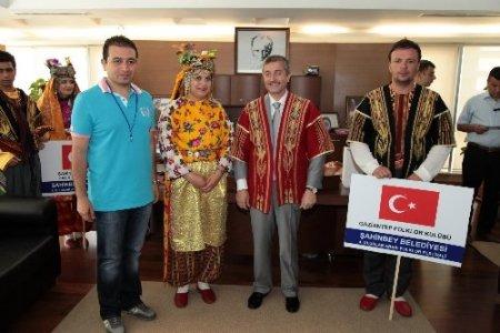 Misafir folklorculardan Başkan Tahmazoğlu'na ziyaret