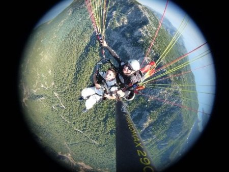 Müslüman olan Romanyalı genç, sünnet öncesi paraşütle uçuruldu