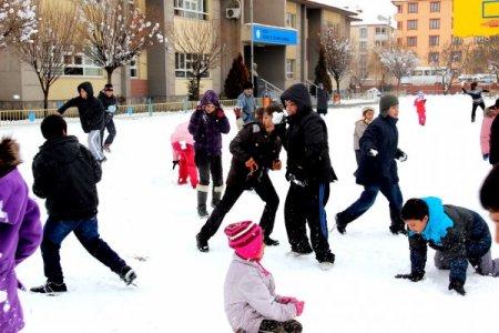 Öğrenciler, en güzel kardan adamı yapmak için yarıştı