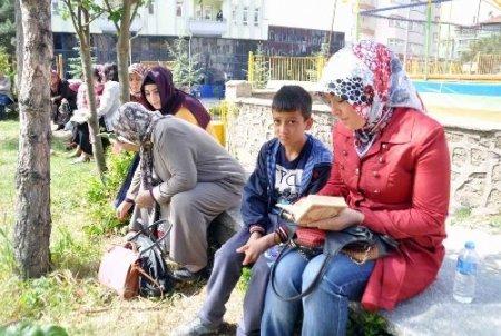 Öğrenciler SBS'de, aileleri dışarda heyecan yaşadı