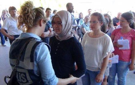 Öğrenciler sınava girdi, aileler dua etti