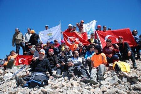 Olimpiyat bayrağı, Medetsiz Dağı'nın zirvesinde