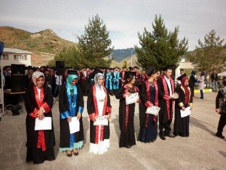 Oltu'da mezun 216 öğrenci havaya kep fırlattı