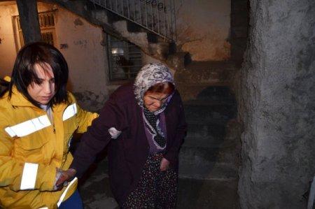 Önce yardım ettiler sonra yaşlı kadının çantasını alıp kaçtılar