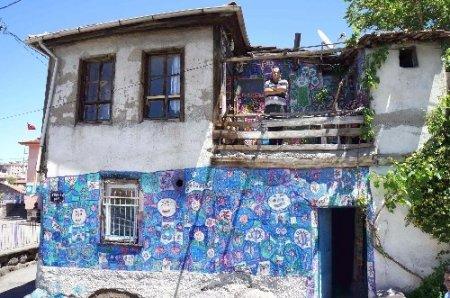 Onun tuvali evinin duvarları