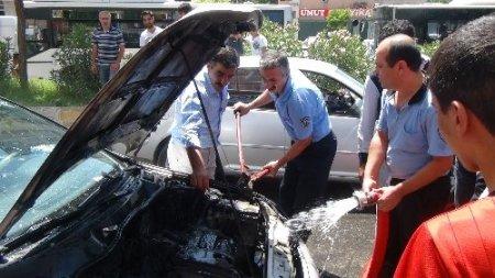Otomobil aşırı sıcaktan alev aldı
