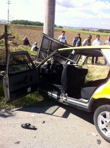 Otomobil direğe çarptı: 1'i ağır 5 yaralı