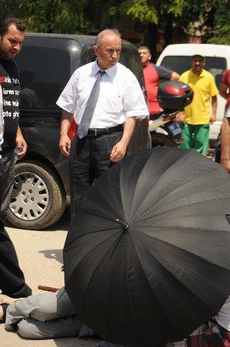 Otomobilin çarptığı yaşlı şahsa şemsiyeli koruma
