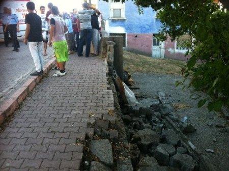 Oturdukları duvar yıkıldı, iki genç kız yaralandı
