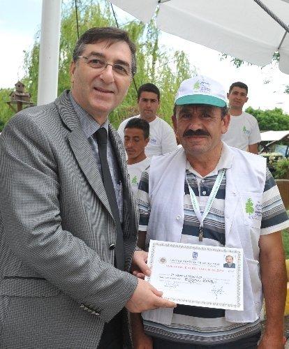 Özkök, Sarıgül'e bahçıvanlık sertifikası verdi